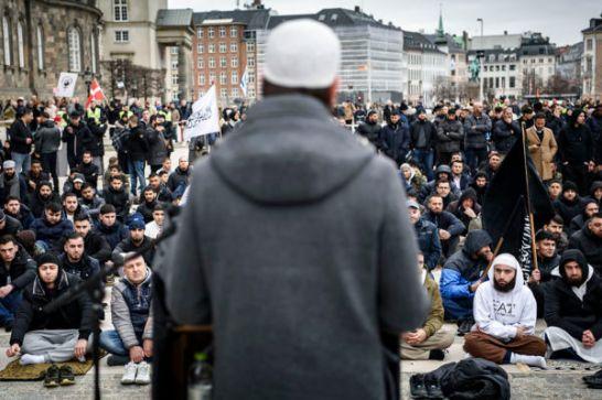 Hizb ut-Tahrir afholder fredagsbøn på slotspladsen foran Christiansborg. Rundt om hvor der mødt moddemonstrationer op tællende blandt andre Stram Kurs
